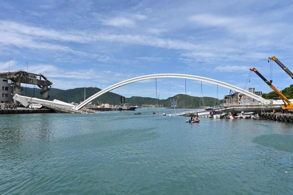 Cầu vào cảng biển Đài Loan đổ sập, nhiều người mắc kẹt - Ảnh 4.