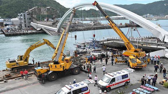 Cầu vào cảng biển Đài Loan đổ sập, nhiều người mắc kẹt - Ảnh 1.