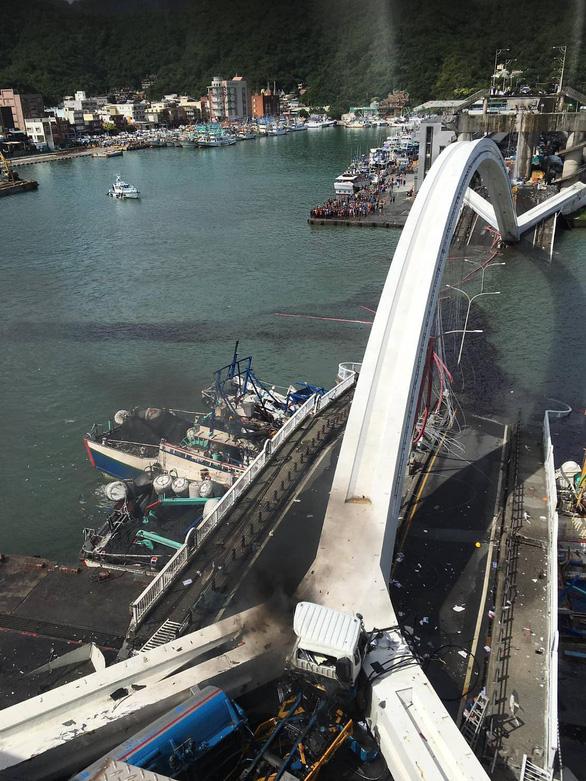 Cầu vào cảng biển Đài Loan đổ sập, nhiều người mắc kẹt - Ảnh 5.