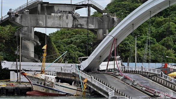 Cầu vào cảng biển Đài Loan đổ sập, nhiều người mắc kẹt - Ảnh 3.