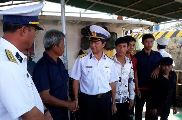 Hai tàu hải quân thay nhau đưa 12 ngư dân về bờ - Ảnh 1.
