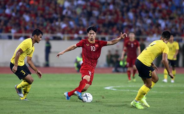 Vì sao tuyển VN phải ra sân bay từ 3h30 sáng sau trận thắng Malaysia? - Ảnh 1.