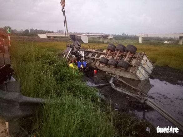 Lật xe đầu kéo, cảnh sát giao thông dùng máy cắt cabin cứu tài xế - Ảnh 1.