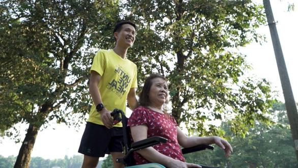 Chàng trai đẩy theo mẹ ngồi xe lăn chạy Marathon trong Revive Marathon Xuyên Việt - Ảnh 1.