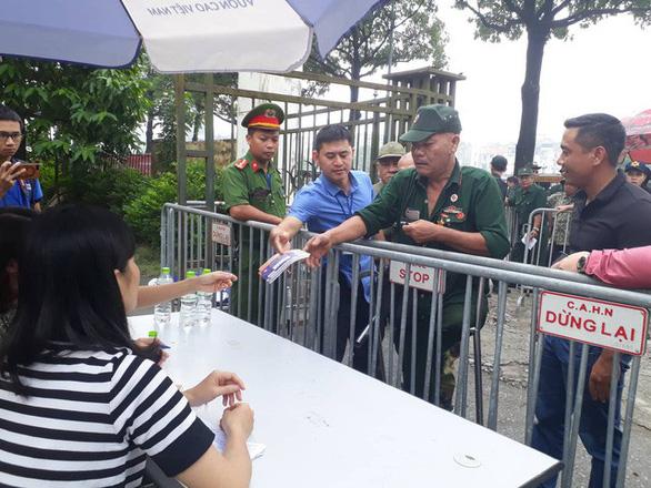 Trụ sở VFF được bảo vệ bởi 50 cảnh sát, đề phòng CĐV quá khích đòi mua vé - Ảnh 1.