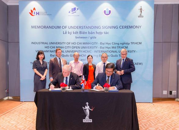 Đại học Mở TP.HCM ký kết biên bản hợp tác với ICAEW - Ảnh 1.