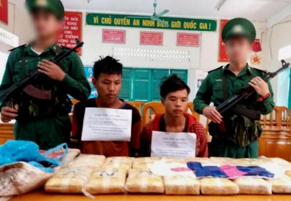 Hai thanh niên Lào xách tay 100.000 viên ma túy vào Việt Nam - Ảnh 1.