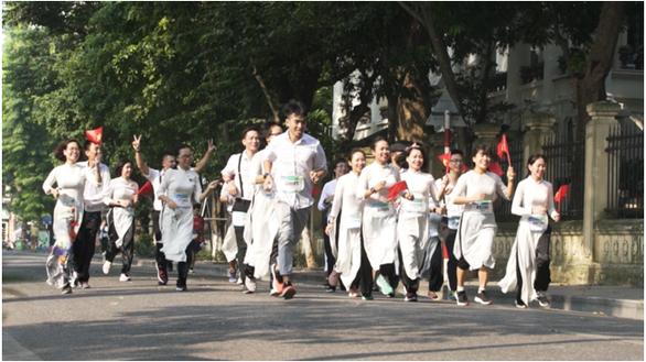 Chàng trai đẩy theo mẹ ngồi xe lăn chạy Marathon trong Revive Marathon Xuyên Việt - Ảnh 5.