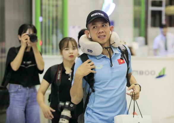 Tuyển thủ Việt Nam lộ vẻ mệt mỏi, phải ra sân bay chỉ 5 tiếng sau trận thắng Malaysia - Ảnh 6.
