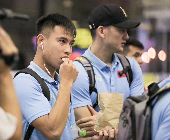 Tuyển thủ Việt Nam lộ vẻ mệt mỏi, phải ra sân bay chỉ 5 tiếng sau trận thắng Malaysia - Ảnh 5.