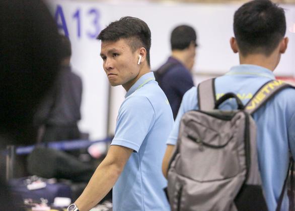 Tuyển thủ Việt Nam lộ vẻ mệt mỏi, phải ra sân bay chỉ 5 tiếng sau trận thắng Malaysia - Ảnh 3.