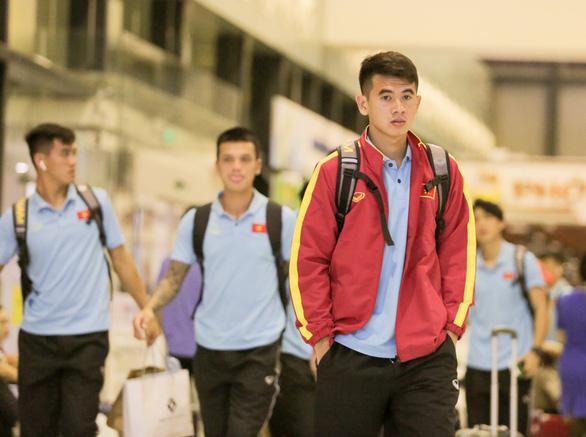 Tuyển thủ Việt Nam lộ vẻ mệt mỏi, phải ra sân bay chỉ 5 tiếng sau trận thắng Malaysia - Ảnh 8.