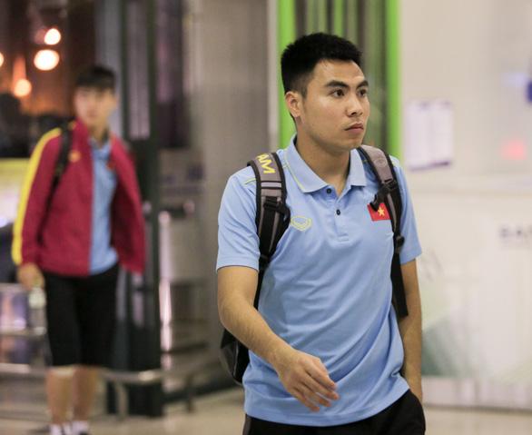 Tuyển thủ Việt Nam lộ vẻ mệt mỏi, phải ra sân bay chỉ 5 tiếng sau trận thắng Malaysia - Ảnh 2.