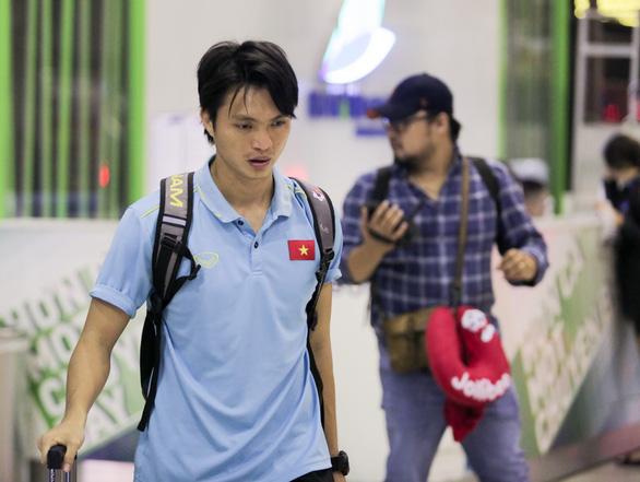 Tuyển thủ Việt Nam lộ vẻ mệt mỏi, phải ra sân bay chỉ 5 tiếng sau trận thắng Malaysia - Ảnh 4.