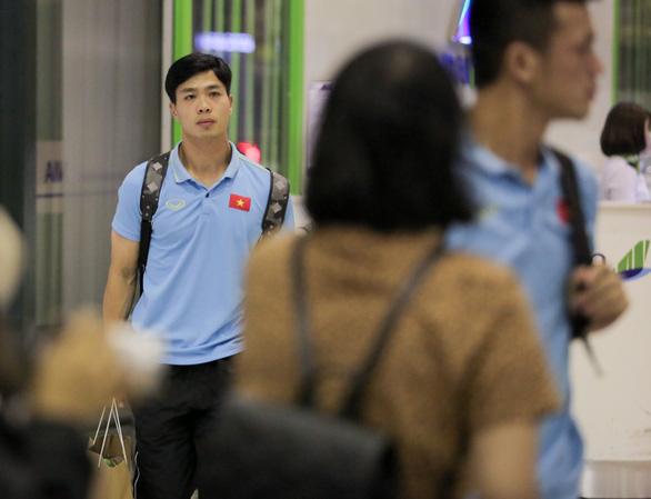 Tuyển thủ Việt Nam lộ vẻ mệt mỏi, phải ra sân bay chỉ 5 tiếng sau trận thắng Malaysia - Ảnh 7.