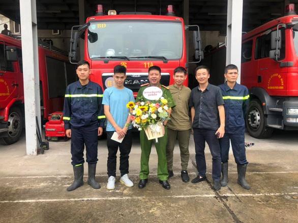 Chàng trai được cứu trong đám cháy cõng cảm ơn chiến sĩ từng... cõng mình - Ảnh 3.