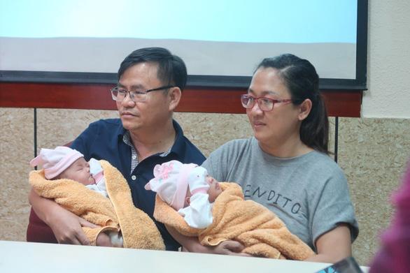 Hai bé gái song sinh dính nhau phần gan đã xuất viện - Ảnh 1.