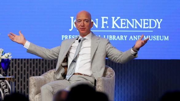 Người Mỹ bình thường chỉ làm, không tiêu 2,8 triệu năm mới giàu bằng Jeff Bezos - Ảnh 1.