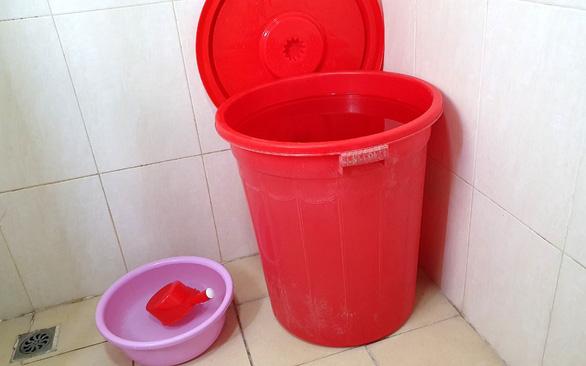 Nhiều khu dân cư ở Hà Nội hoang mang vì nước máy có mùi nhựa cháy - Ảnh 1.