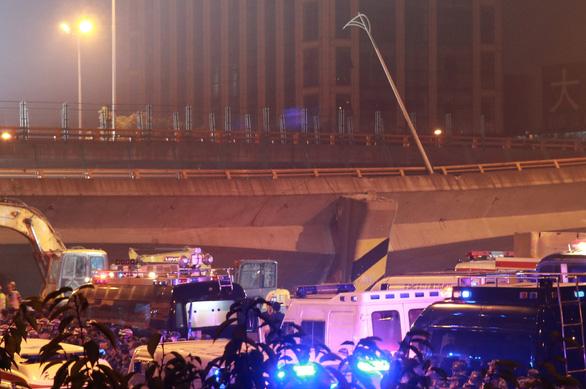Cầu vượt Trung Quốc sập như cầu giấy dù chỉ 5 xe trên đó - Ảnh 3.