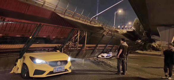 Cầu vượt Trung Quốc sập như cầu giấy dù chỉ 5 xe trên đó - Ảnh 1.