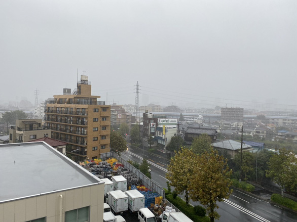 Bầu trời Nhật chuyển tím đáng sợ trước siêu bão Hagibis mạnh nhất 60 năm đổ bộ - Ảnh 3.