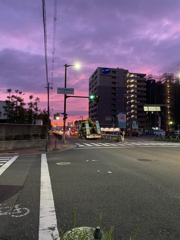 Bầu trời Nhật chuyển tím đáng sợ trước siêu bão Hagibis mạnh nhất 60 năm đổ bộ - Ảnh 2.