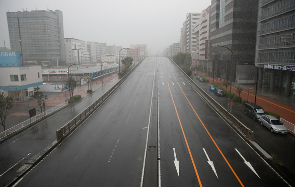Bầu trời Nhật chuyển tím đáng sợ trước siêu bão Hagibis mạnh nhất 60 năm đổ bộ - Ảnh 4.