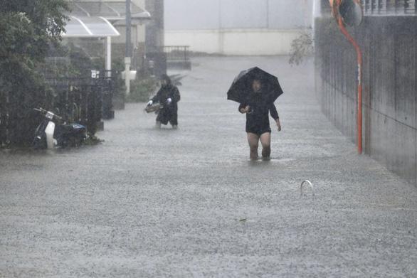 Siêu bão Hagibis xé toạc nhà cửa ở Nhật, đường sá chìm trong biển nước - Ảnh 7.