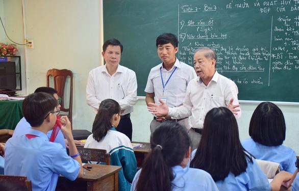 Chủ tịch tỉnh Thừa Thiên - Huế đi dự giờ đột xuất để biết thầy trò muốn gì - Ảnh 1.