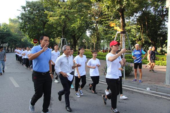Bạn trẻ Hà Nội hào hứng đi bộ tham gia Thử thách 4h30 sáng - Ảnh 1.