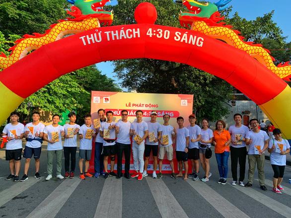 Bạn trẻ Hà Nội hào hứng đi bộ tham gia Thử thách 4h30 sáng - Ảnh 4.