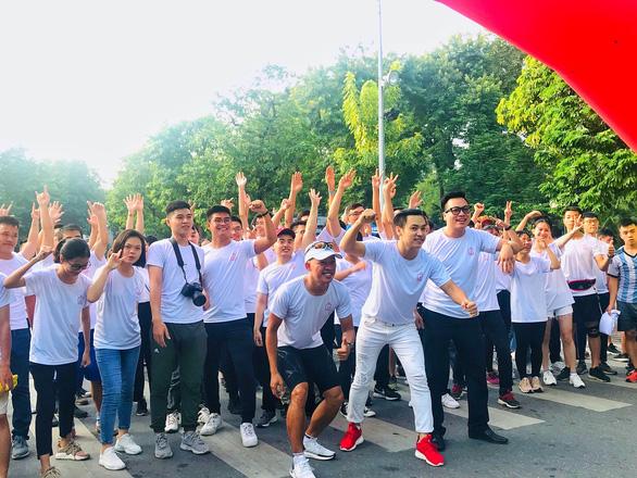 Bạn trẻ Hà Nội hào hứng đi bộ tham gia Thử thách 4h30 sáng - Ảnh 3.