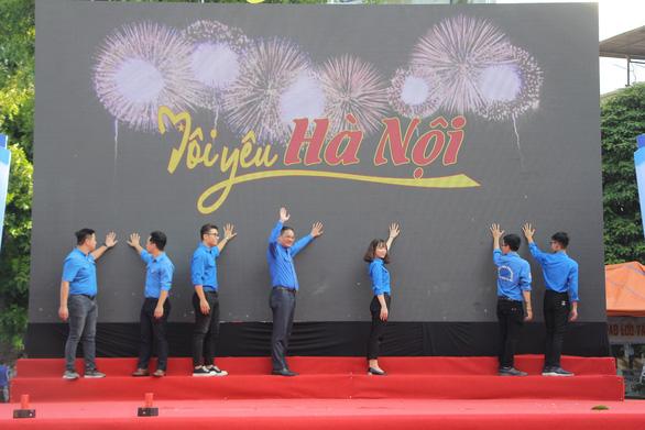 Bạn trẻ Hà Nội hào hứng đi bộ tham gia Thử thách 4h30 sáng - Ảnh 2.