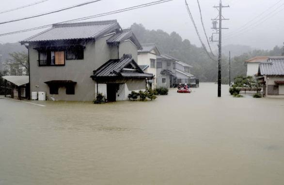 Siêu bão Hagibis lớn nhất 61 năm nay đang cuồn cuộn tràn vào Nhật - Ảnh 1.