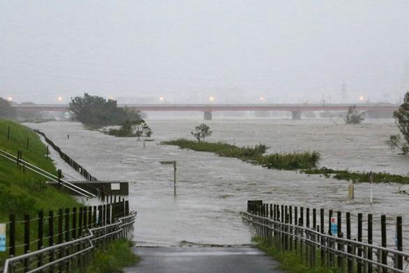Siêu bão Hagibis xé toạc nhà cửa ở Nhật, đường sá chìm trong biển nước - Ảnh 5.