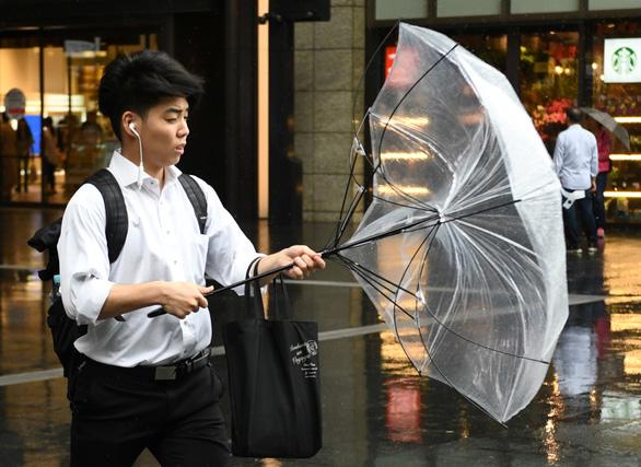 Bầu trời Nhật chuyển tím đáng sợ trước siêu bão Hagibis mạnh nhất 60 năm đổ bộ - Ảnh 5.
