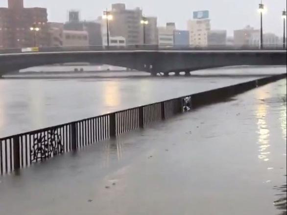 Siêu bão Hagibis xé toạc nhà cửa ở Nhật, đường sá chìm trong biển nước - Ảnh 6.