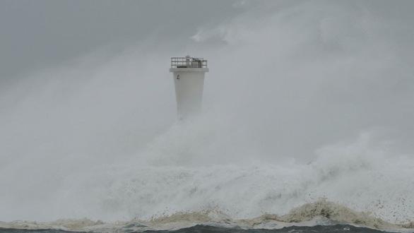 Siêu bão Hagibis xé toạc nhà cửa ở Nhật, đường sá chìm trong biển nước - Ảnh 11.