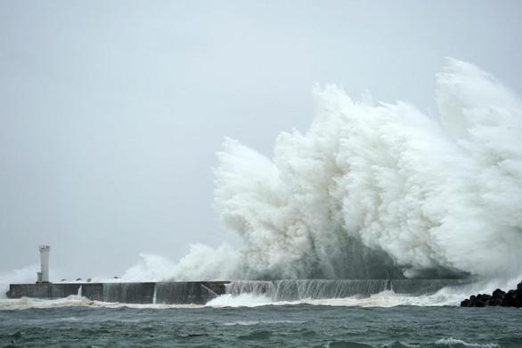 Tơi bời với siêu bão Hagibis, Nhật còn rung chuyển trong động đất - Ảnh 4.