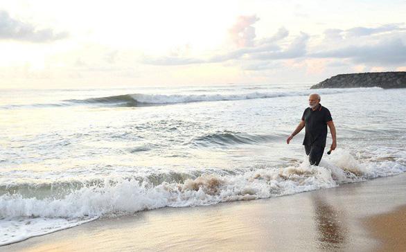 Thủ tướng Ấn Độ lặng lẽ nhặt rác trên bãi biển gây bão mạng xã hội - Ảnh 1.