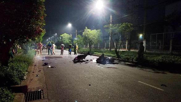 Chạy xe máy trong đường nội bộ với tốc độ cao, 2 thanh niên chết tại chỗ - Ảnh 2.