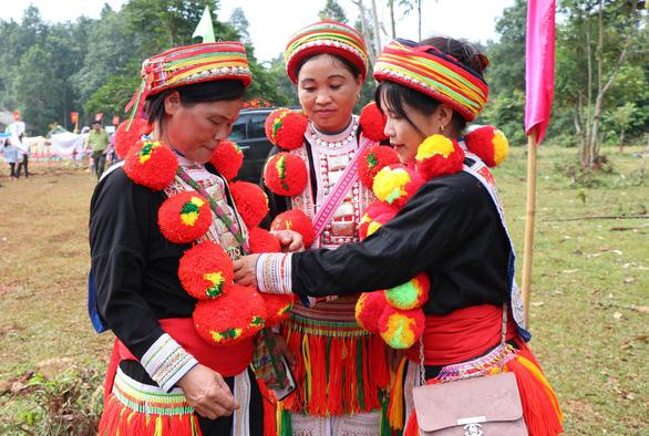 Nghệ thuật trang trí trang phục người Dao đỏ là Di sản văn hóa phi vật thể quốc gia - Ảnh 2.