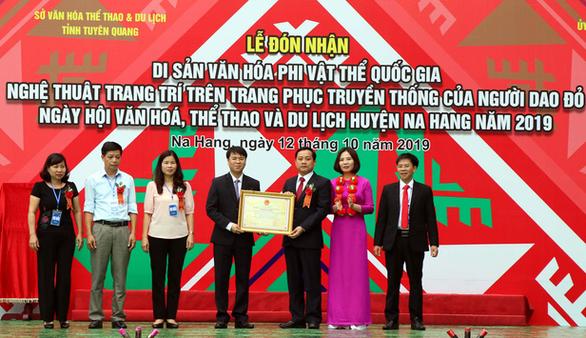 Nghệ thuật trang trí trang phục người Dao đỏ là Di sản văn hóa phi vật thể quốc gia - Ảnh 1.