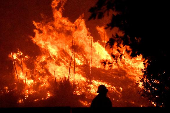 Cháy rừng Nam California, ít nhất 2 người chết, hàng chục ngàn người sơ tán - Ảnh 1.