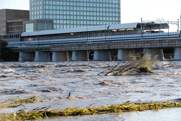 Siêu bão Hagibis suy yếu, Nhật lại đối mặt nguy cơ lũ lụt - Ảnh 4.