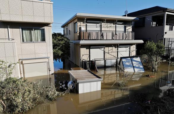 Siêu bão Hagibis suy yếu, Nhật lại đối mặt nguy cơ lũ lụt - Ảnh 3.
