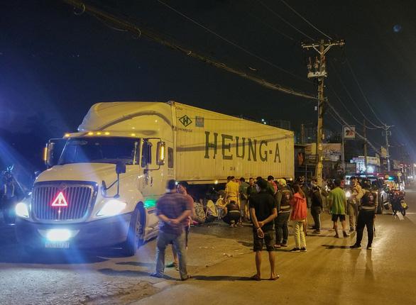 Người đàn ông nằm trước trạm xăng bị xe container cán chết trong đêm - Ảnh 1.