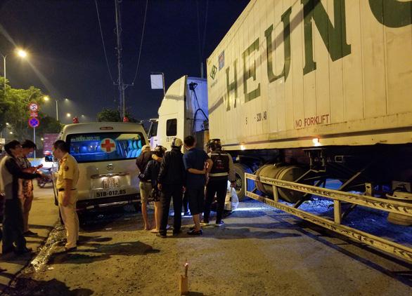 Người đàn ông nằm trước trạm xăng bị xe container cán chết trong đêm - Ảnh 2.