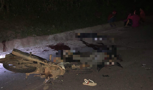 Hai xe máy đối đầu trong đêm, 4 thanh niên tử vong - Ảnh 1.